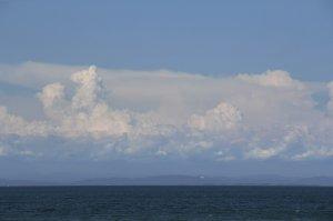 海上に沸き立つ雲